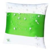 Bílý polštářek se zelenou stuhou a perličkami