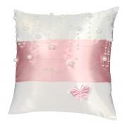 Bílý polštářek s růžovou stuhou a perličkami
