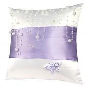 Bílý polštářek s fialovou stuhou a perličkami