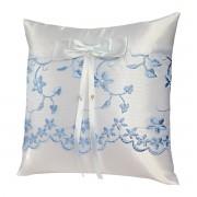 Bílý polštářek s modrou krajkou 2