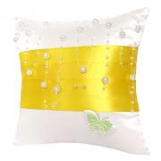 Bílý polštářek se žlutou stuhou a perličkami